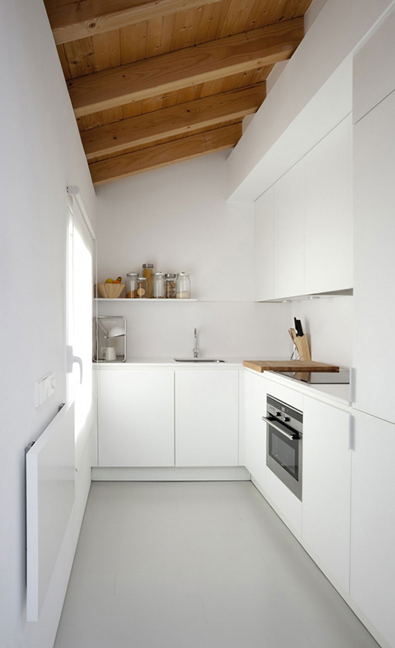 villa-piedad-marta-badiola-small-white-kitchen-wooden-beams