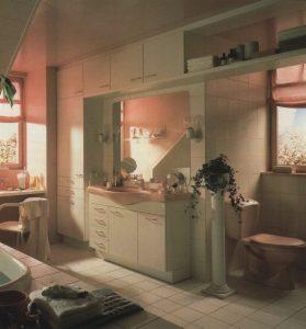 Salle de bain rose et blanche