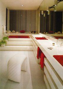 Salle de bain sanitaires rouges